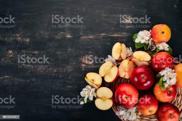 Foto de Maçãs Vermelhas Frescas Com Inflorescências E Folhas Sobre Um Fundo De Madeira Vista Superior Copie O Espaço e mais fotos de stock de Beleza