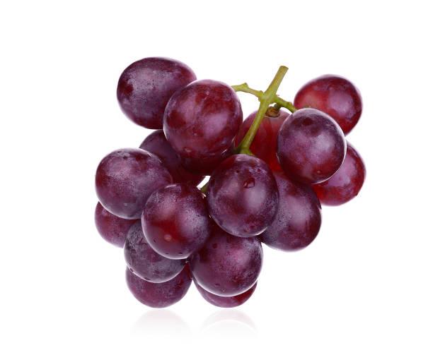 raisins rouges frais isolé sur fond blanc - raisin photos et images de collection