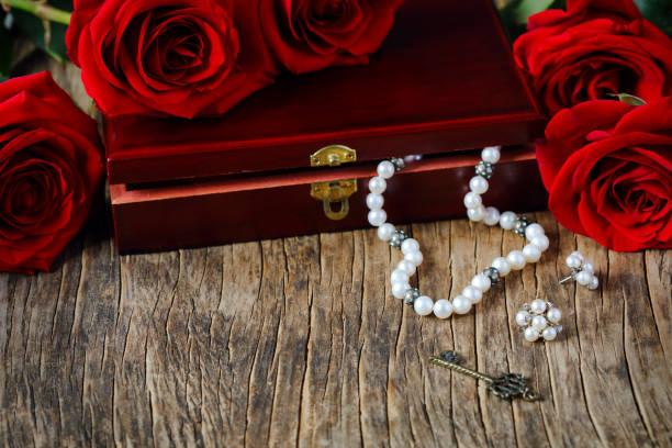 frische rote rosen mit perlen - ohrringe rose stock-fotos und bilder