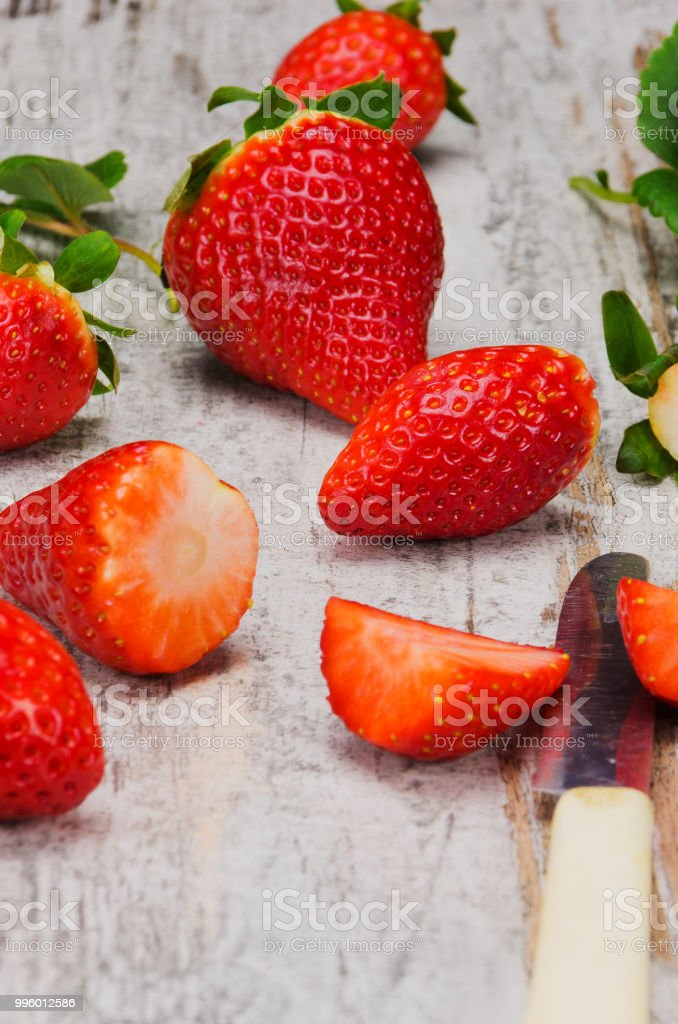 Fresh red strawberries on wooden table - foto stock