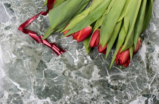 verse rode tulpenbloemen met een rood lint. - meerdere lagen effect stockfoto's en -beelden