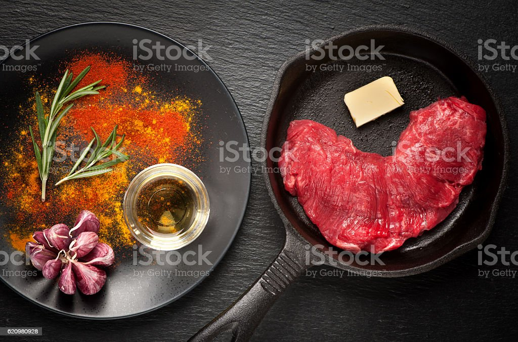 Fresh rib eye steak and spices prepared for cooking foto royalty-free