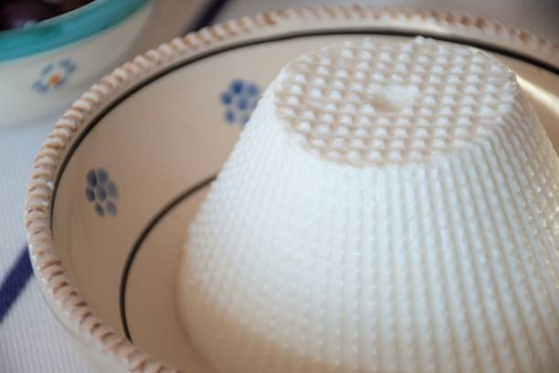 frischer ricotta, italienischer molkenkäse, typisch pugliare küche - ricotta stock-fotos und bilder