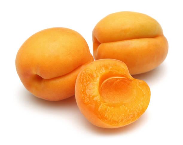 frisch reife aprikosen isoliert auf weiß - aprikose stock-fotos und bilder
