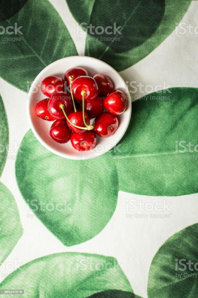 Cerises mûres fraîches dans un bol blanc avec espace de copie. L'été et le Concept de la récolte. - Photo de Aliment libre de droits