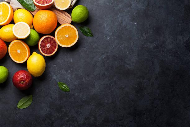 cítricos maduros frescos. limones, cales y naranjas - negras maduras fotografías e imágenes de stock