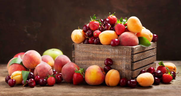 verse rijpe vruchten in een houten kist - boomgaard stockfoto's en -beelden