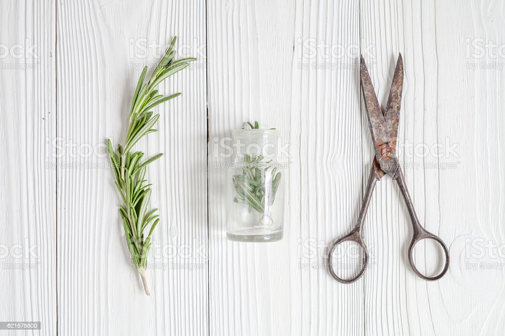 fresh rosemary with bottle on wooden background top view photo libre de droits