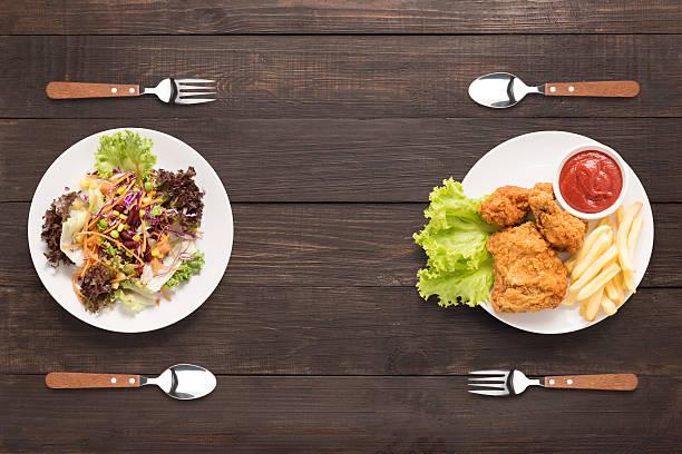 des salades et du poulet frit et des plats français frites. contrasté. - malbouffe photos et images de collection