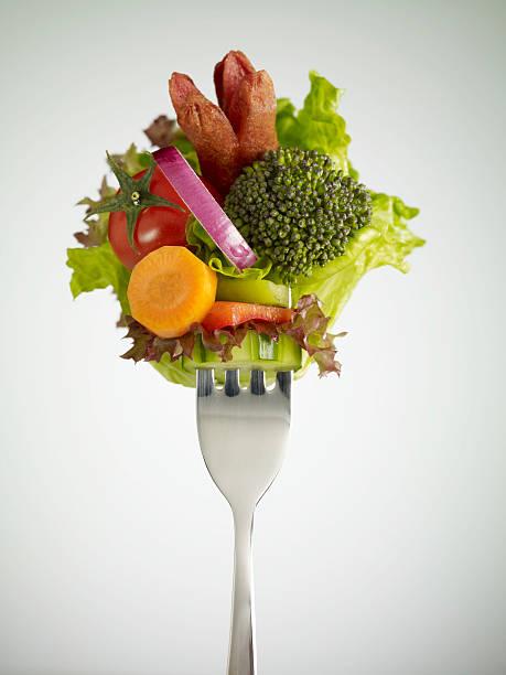 frischer salat mit wurst - silberzwiebeln stock-fotos und bilder