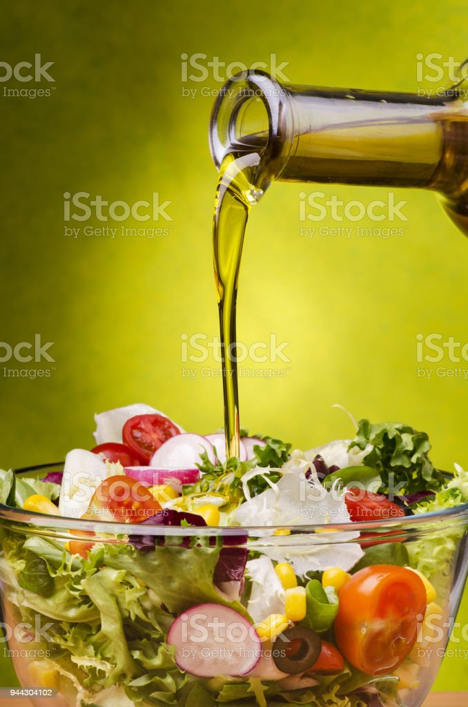 Ensalada fresca aliñada con aceite de oliva - foto de stock
