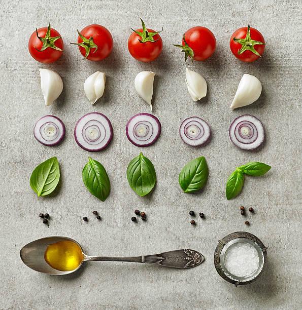 frischer salat zutaten - silberzwiebeln stock-fotos und bilder