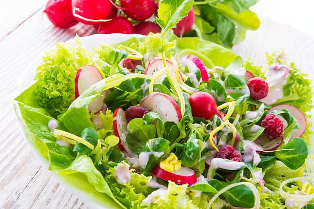 frischer salat - radieschen salat stock-fotos und bilder