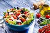 青いピクニック テーブルに新鮮なサラダ プレート