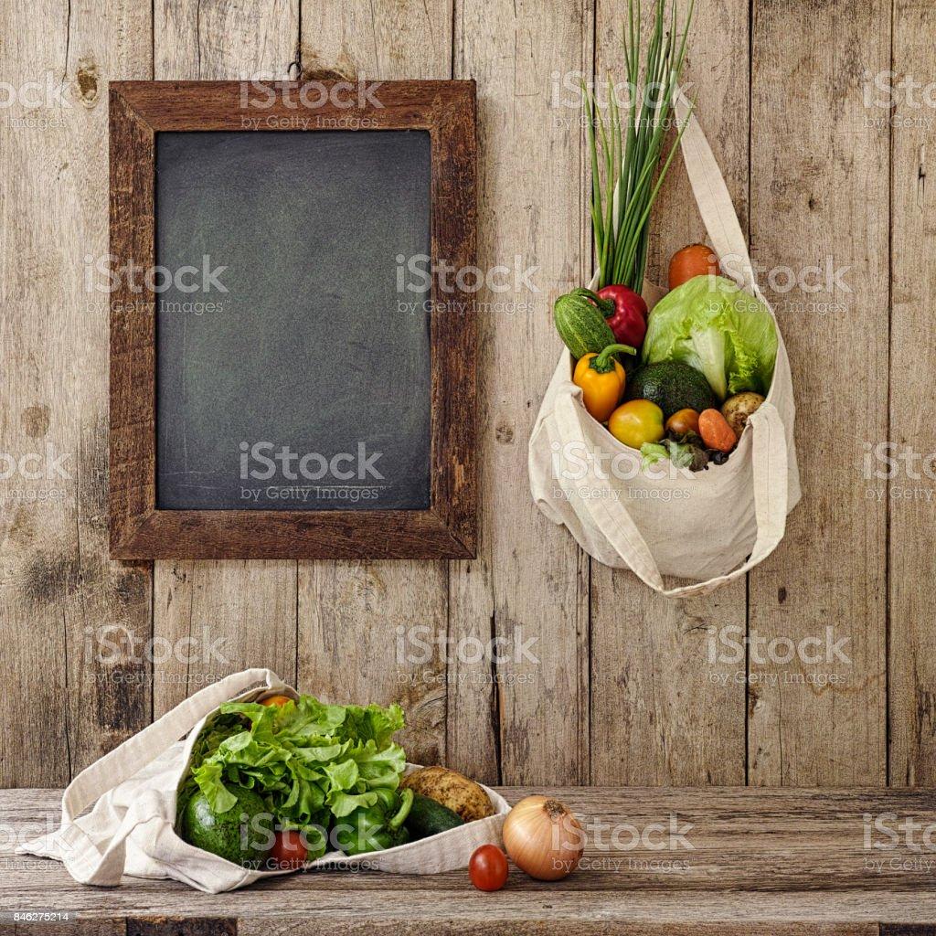 Verduras De Ensalada Fresca En Una Bolsa Reutilizable De Algodón ...