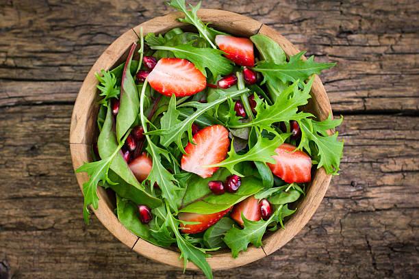 샐러드에 포함된 아루굴라, 신선한 딸기 제공 - 아루굴라 뉴스 사진 이미지