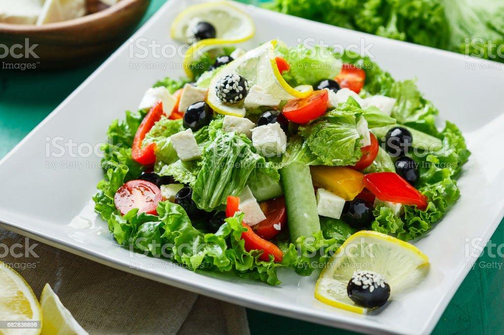 Frischer Salat mit Schafskäse und Oliven Lizenzfreies stock-foto