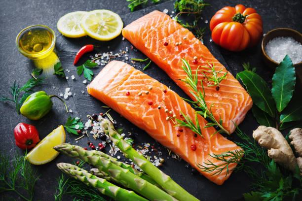 filete de salmón fresco con hierbas aromáticas, especias y verduras - omega 3 fotografías e imágenes de stock