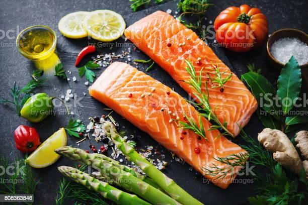 Frisches Lachsfilet Mit Aromatischen Kräutern Gewürzen Und Gemüse Stockfoto und mehr Bilder von Lachs - Meeresfrüchte