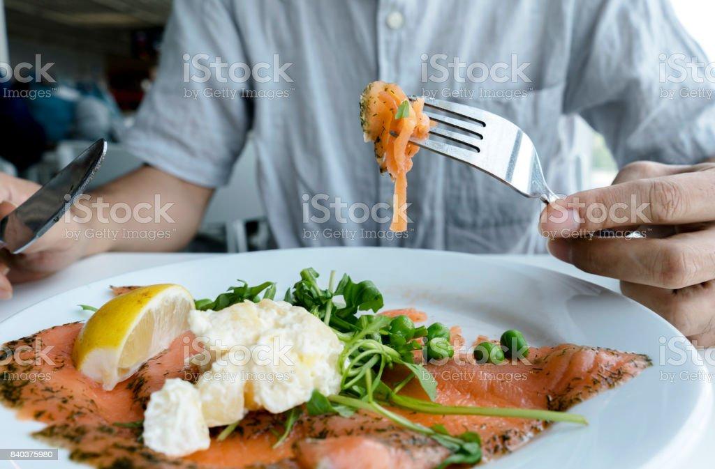 färsk lax i plattan, redo att äta - Royaltyfri Citron Bildbanksbilder