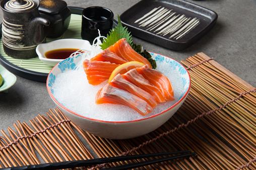 Fresh Salmon Shashimi Sushi On Fresh Ice - zdjęcia stockowe i więcej obrazów Biały