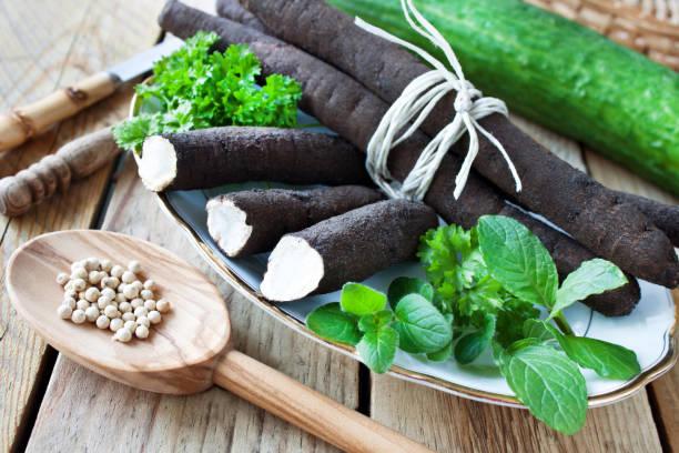 Frisches Salsify-Gemüse mit Gewürzen und Kräutern – Foto