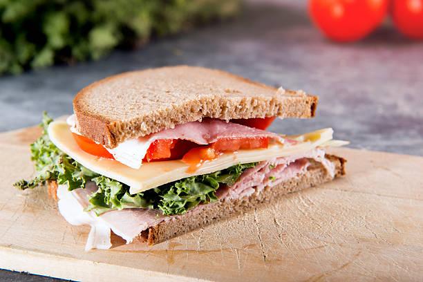 Frisches sandwich mit Schinken und Gemüse – Foto