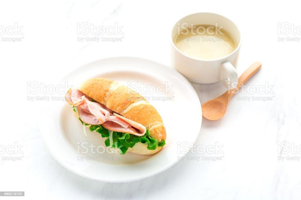 在白板上的火腿新鮮三明治 免版稅 stock photo