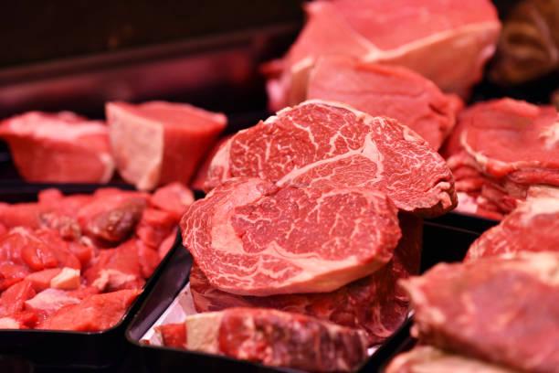 frische wurst und fleisch in der bar zum verkauf im supermarkt - fleisch stock-fotos und bilder