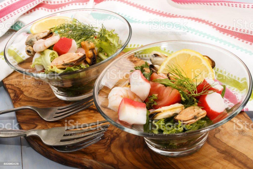 frische Meeresfrüchte essen Salat, fein Essen mit gesunden Lebensmitteln – Foto