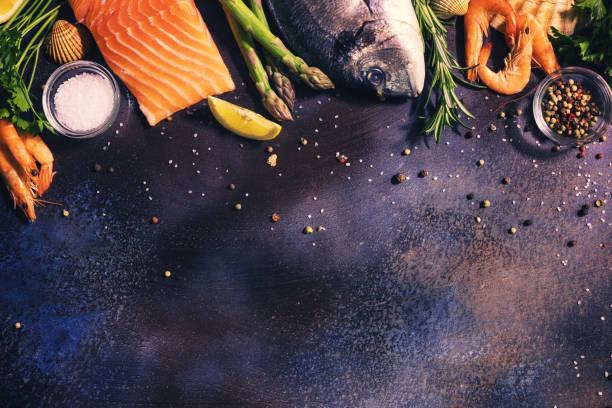 frische meeresfrüchte hintergrund - muscheln zubereiten stock-fotos und bilder