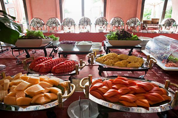 frisches obst der saison als teil einer frühstücksbüfett. - esszimmer buffet stock-fotos und bilder