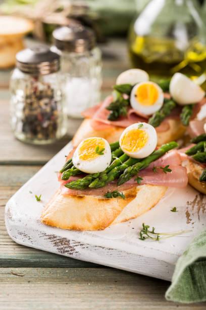 frische sendwich mit schinken, spargel und wachteln eiern - wachtelei stock-fotos und bilder