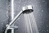 新鮮なシャワー水でぬれたガラス ウィンドウの背後には、しぶきを削除します。