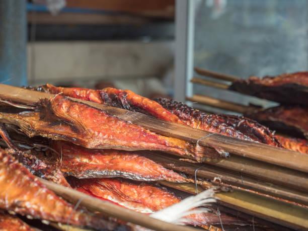 frisch geräucherten fisch - weinflecken entfernen stock-fotos und bilder