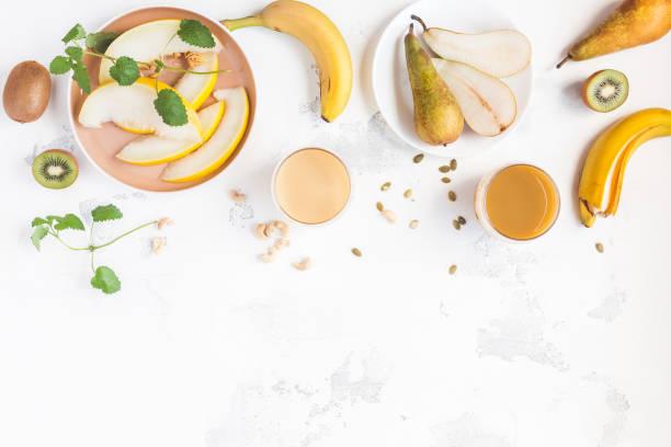 frischer smoothie mit kiwi, banane, birne und melone. sommer-frucht-cocktail - melonenbirne stock-fotos und bilder