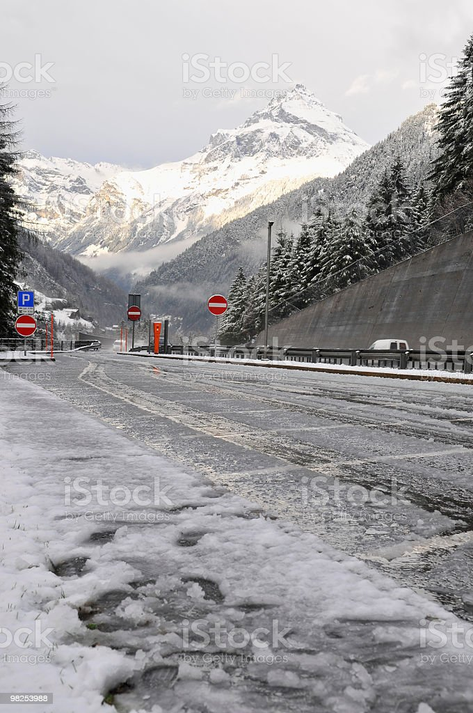 Neve fresca vicino St.Gotthard Tunnel in Svizzera foto stock royalty-free