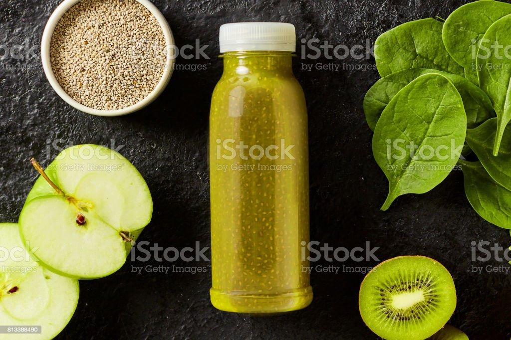 Frais smoothie épinard et pomme avec des graines de clerbois - Photo