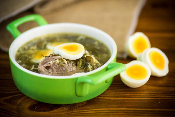 新鮮春天有機湯與綠色沙勒和雞蛋在盤子裡圖像檔