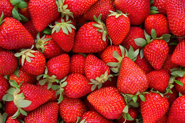 fresh strawberries background - aardbei stockfoto's en -beelden