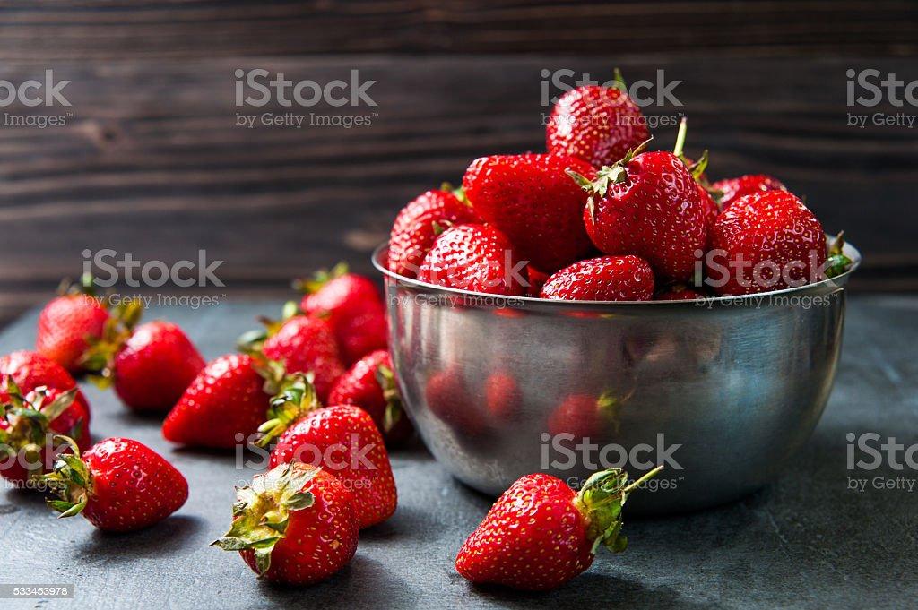 Frische Erdbeeren auf alten Holz-Hintergrund – Foto
