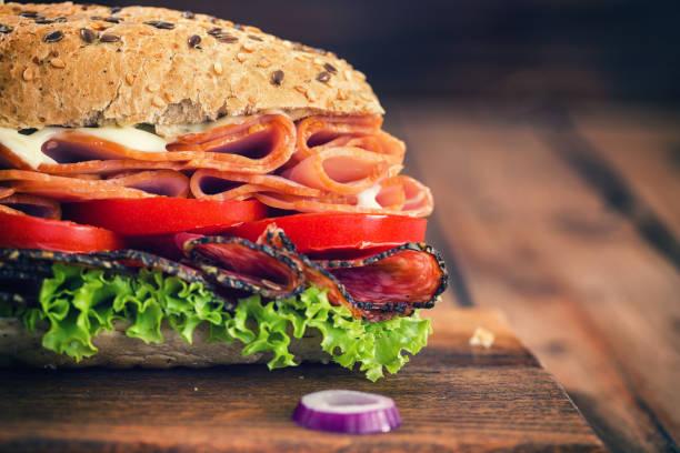 neue u-boot-sandwich - käse wurst salat stock-fotos und bilder