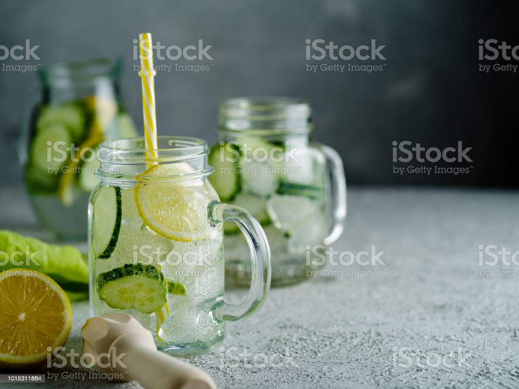 Fresh Summer Drink. Healthy detox fizzy water with lemon and cucumber in mason jar. Healthy food concept. стоковое фото