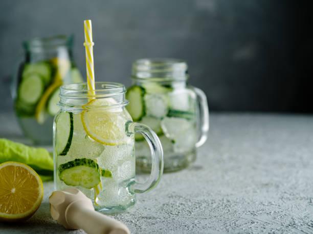 frischen sommerdrink. gesunde entgiftung kohlensäurehaltige wasser mit zitrone und gurke im einmachglas. gesunde ernährung-konzept. - gurke gesund stock-fotos und bilder