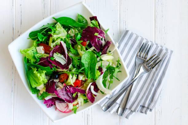 나무 테이블에 신선한 여름 그린 샐러드 믹스 - 아루굴라 뉴스 사진 이미지