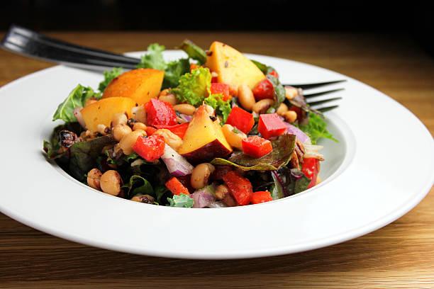 frische sommer-salat - silberzwiebeln stock-fotos und bilder