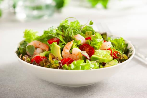 Frischer Sommersalat mit Garnelen – Foto