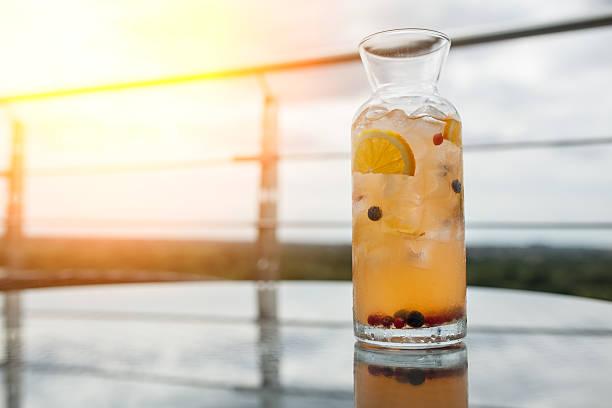 fresh summer sangria cocktail with lemon and berries; - ingwerwasser zubereiten stock-fotos und bilder