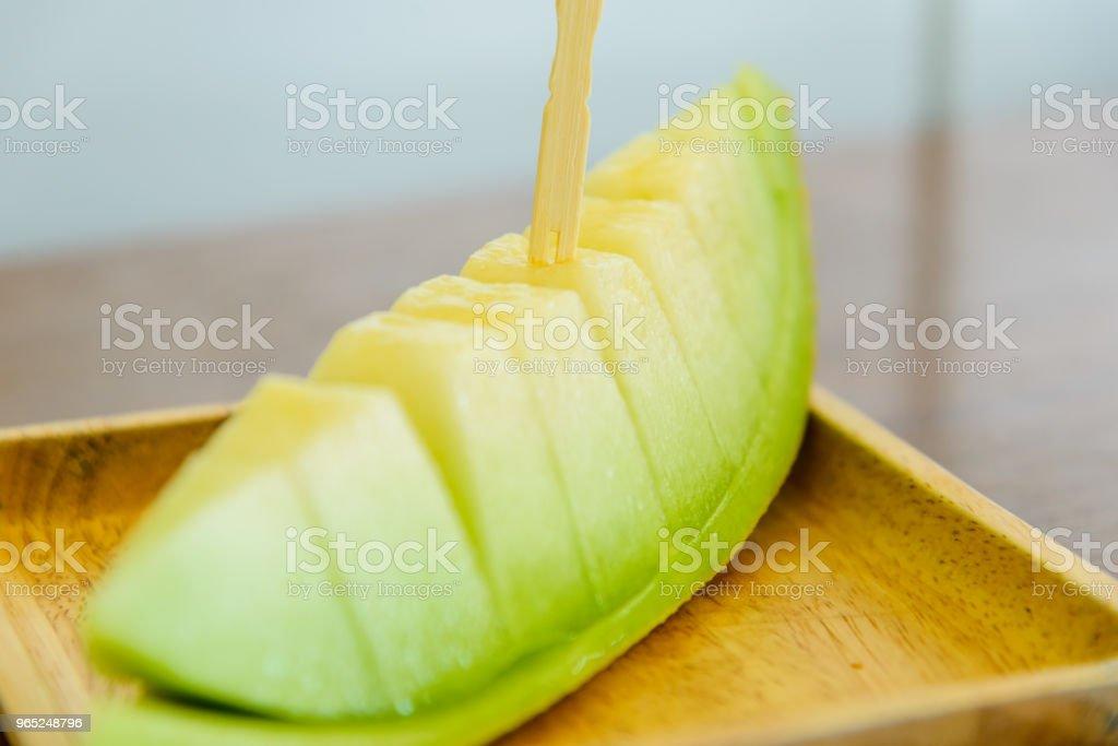 Frische grüne Melone auf hölzerne Schüssel, selektiven Fokus. – Foto