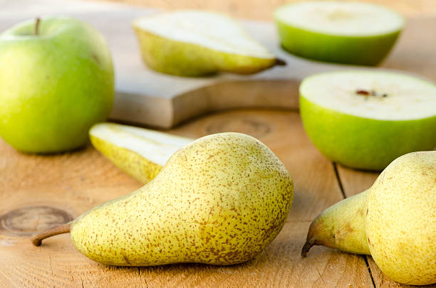 gâteaux sucrés et frais de vert de poires sur tableau en bois avec des pommes - avion supersonique concorde photos et images de collection